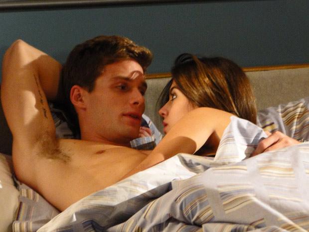 Rafa fica pensativo após fazer amor com Cecília