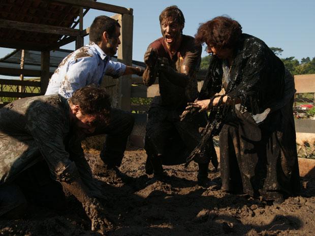 John Lewis, Marcos, Tiago e Salomé caem na lama em busca de fósseis e pedras preciosas
