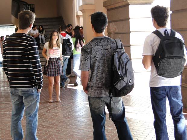 A personagem de Giovanna Lancelotti, Cecília Machado, sendo vítima de bullying pelos colegas de faculdade