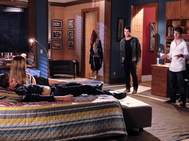 Quim e Vinícius entram no quarto de Rafa e atrapalham o namoro dele com Cecília
