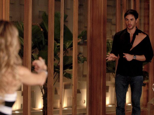 No fim da festa, Natalie flagra Douglas de camisa rasgada
