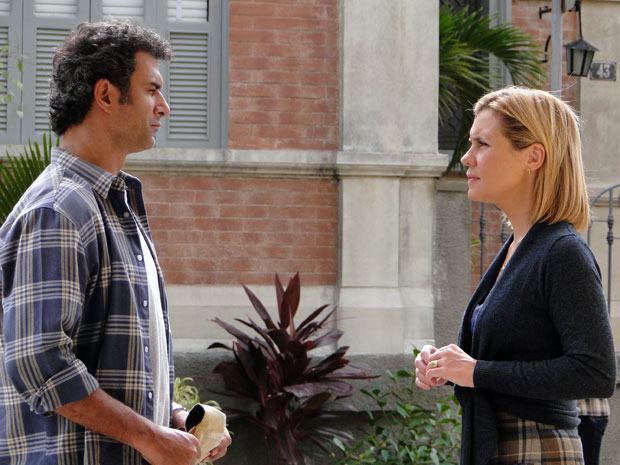 Júlia reencontra Abner depois de ser acusada pelo incêndio