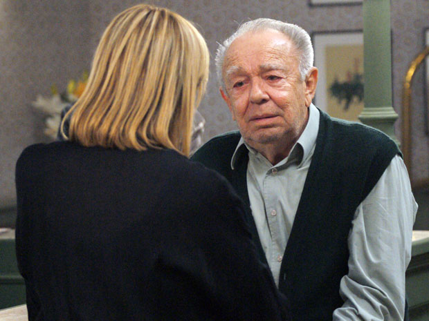 Júlia recebe a visita surpresa do avô