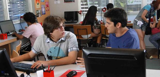 Tentando descobrir a verdade, Pedro e Dodói mandam e-mail para Raquel (Malhação / TV Globo)