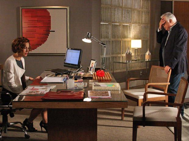 Raul chega do motel avisando que não encontrou o contrato