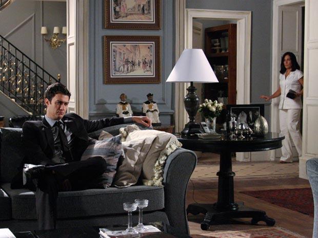Ao ver Léo na casa de Teodoro, Norma caminha com cuidado para que ele não a veja