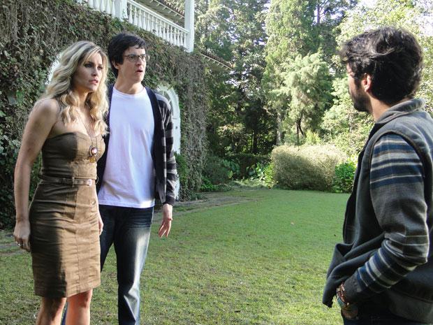 Leandro quer saber se Naomi tem uma irmã gêmea, Ícaro interrompe conversa