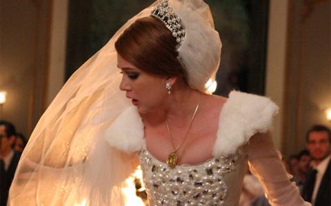 Véu de Alice pega fogo no meio do tumultuado casamento (Morde & Assopra/ TV Globo)