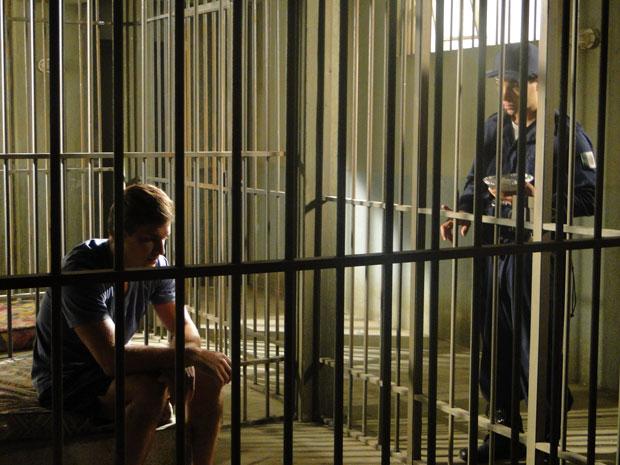 Guilherme confessa a Xavier que ama Alice