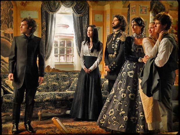 Agradecidos, Rei Augusto e Rainha Helena resolvem homenageá-lo