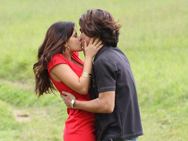 Celeste beija Áureo para fazer ciúmes em Abner