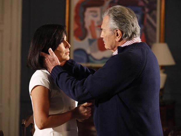 Teodoro acha que Norma é uma mulher digna, delicada...