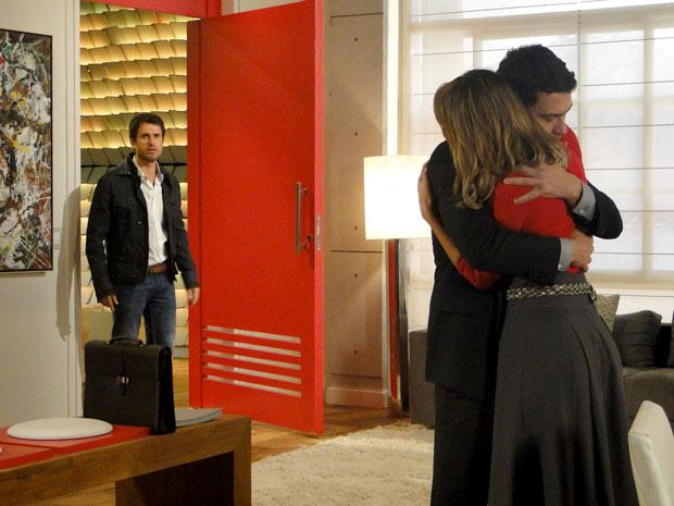 Pedro vê Marina e Léo abraçados