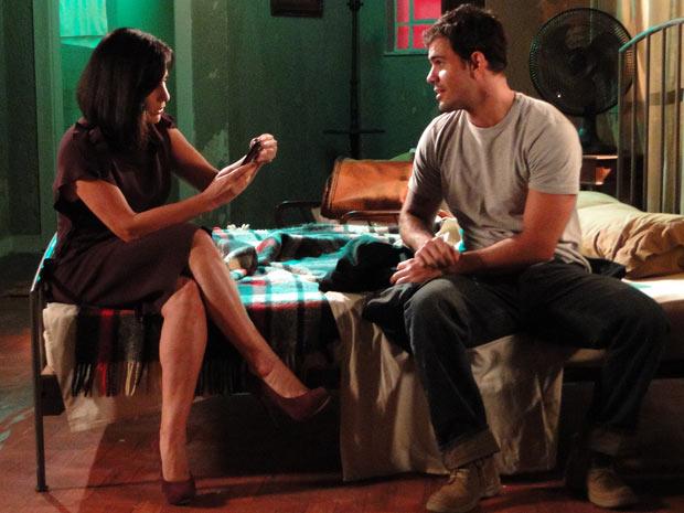 Norma fica impressionada com as fotos de Léo atropelando e roubando Irene