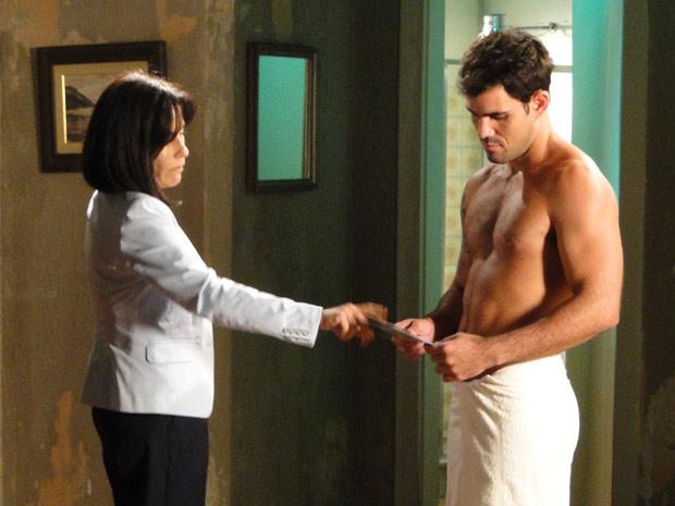 Ismael aparece só de toalha, depois do primeiro banho em liberdade