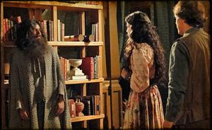 Petrus tira da máscara  com a ajuda de Florinda e Zenóbio e é reconhecido (cordelencantado/tvglobo)