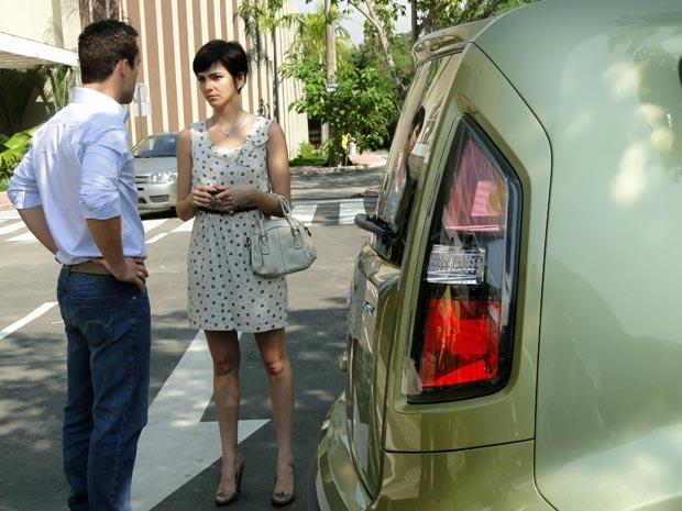 Paula dá um carro de presente para Eduardo