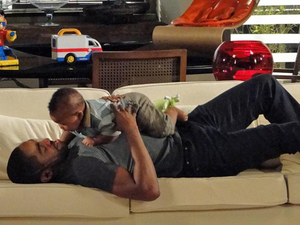 André aproveita o momento de pai a sós com seu filho