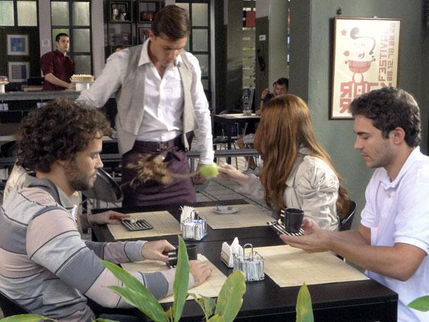 Alice se vinga e derruba café em Guilherme