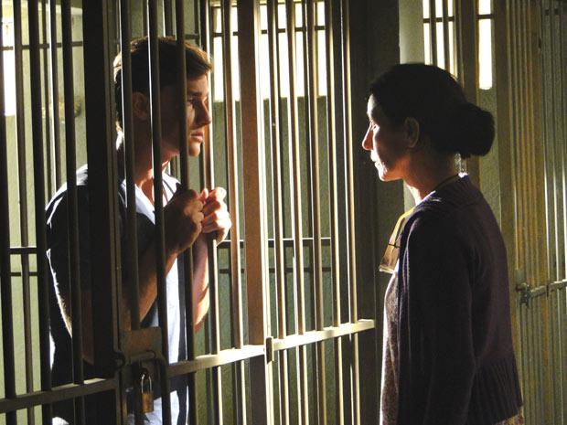 Dulce chora ao ver o filho na cadeia