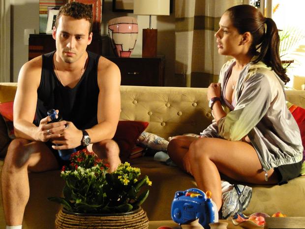 Eduardo confessa a personal que se sente atraído por outros caras