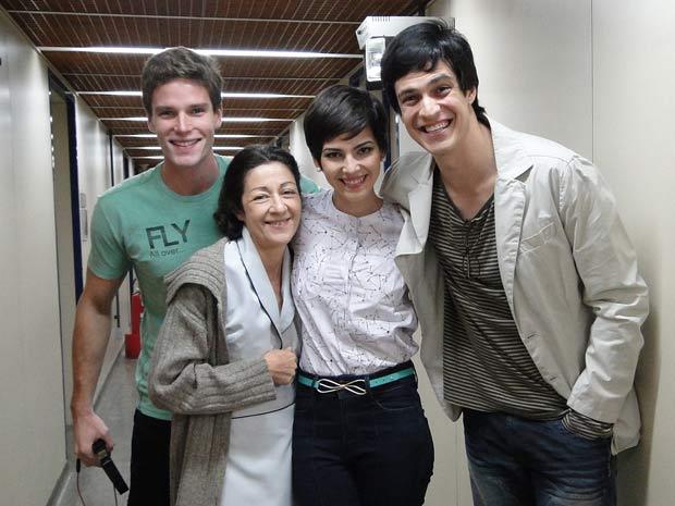 Tainá recebe o carinho de Matheus Solano e dos colegas de cena, Jonatas Faro e Andrea Dantas