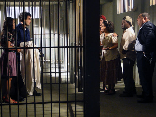 Maria João leva uma bronca da tia ao ser achada presa na cadeia