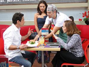 A secretária briga com o patrão quando descobre que ele iria almoçar sanduíche