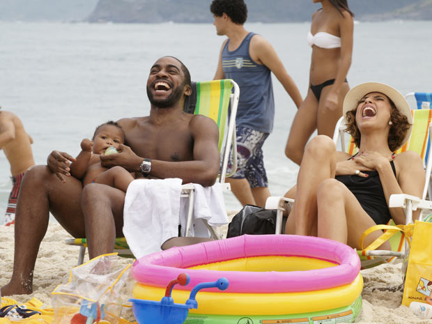 Carol e André vão à praia com o bebê, só como amigos?