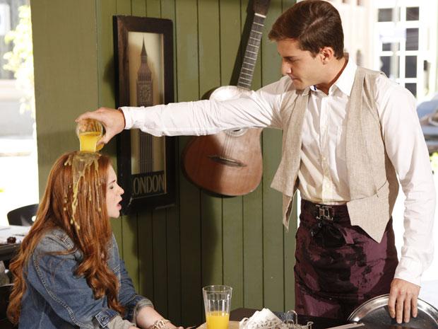 Guilherme vira copo de suco na cabeça de Alice após ser provocado