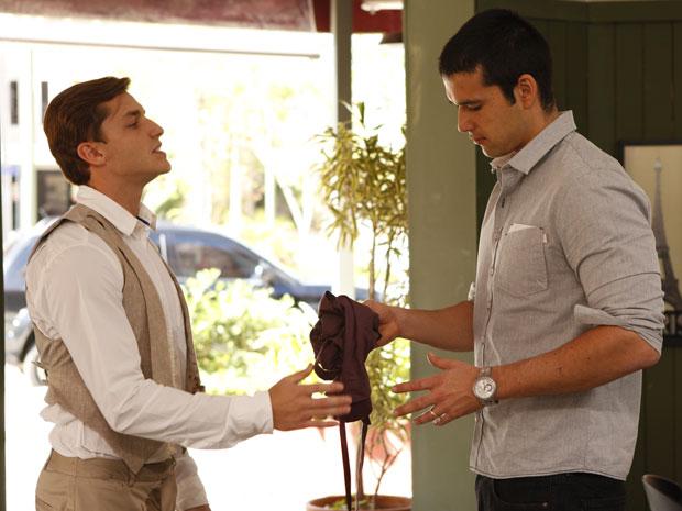 Guilherme devolve avental para Marcos após ser demitido do café