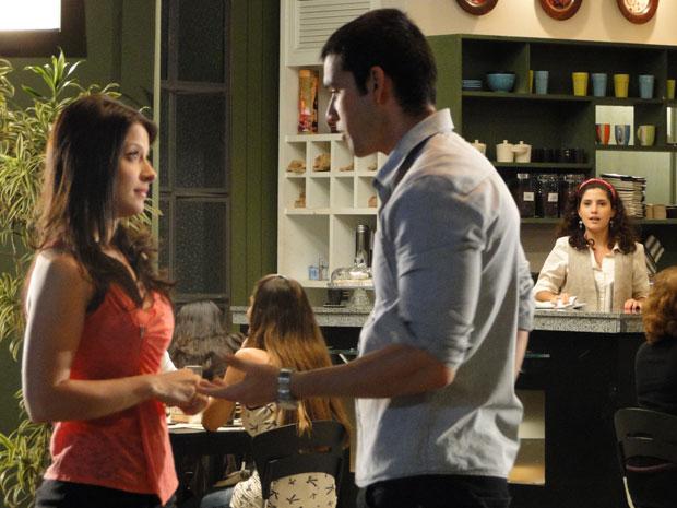 Mesmo distante, Raquel consegue ouvir conversa entre Abelha e Marcos