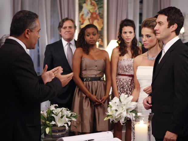 Em uma cerimônia marcada em cima da hora, Léo e Marina se casam