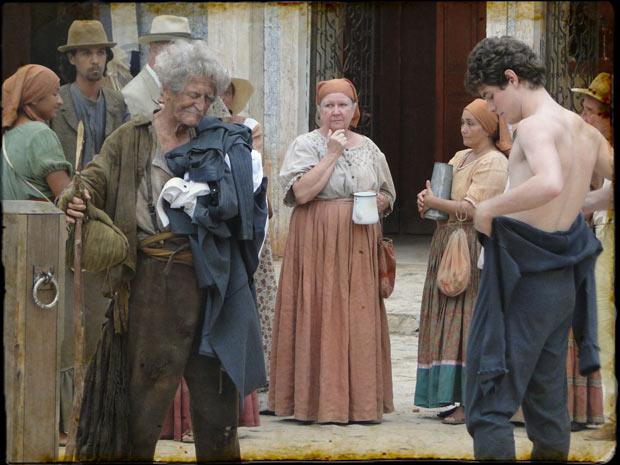 Inácio tira a roupa em praça pública para ajudar mendigo