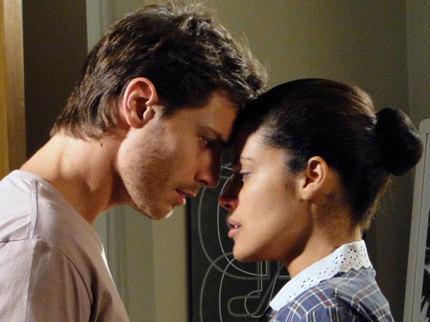 Tiago quase beija Lidia pela primeira vez