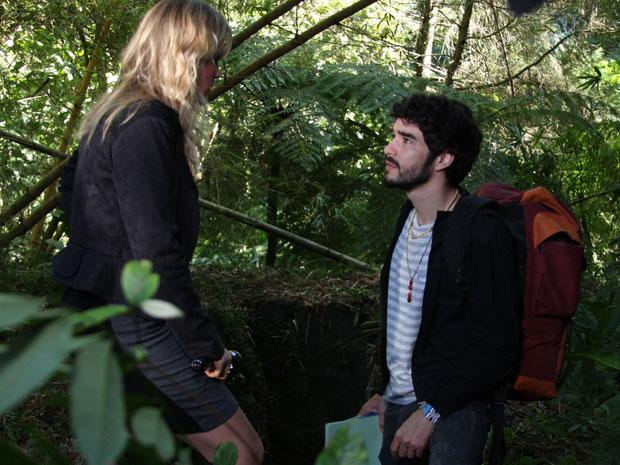 Naomi e Leandro acham entrada secreta pelo jardim