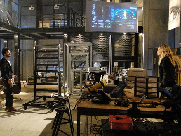 Naomi e Leandro conseguem entrar no laboratório