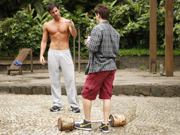 Roni conversa com Douglas enquanto o bonitão se exercita para manter a boa forma