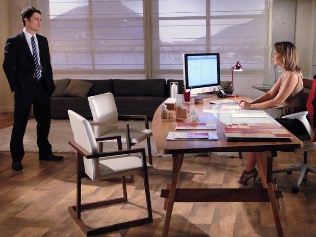Léo vai ao escritório de Marina visitar a esposa