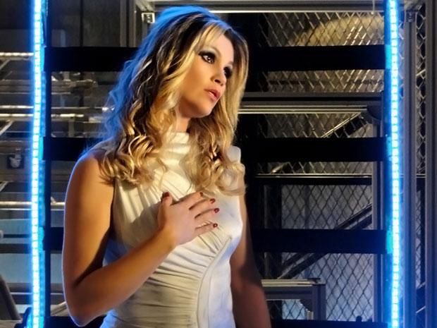 Naomi robô revela a Zariguim que alguma coisa dentro dela mudou