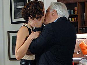 Raul dá um beijão em Carol