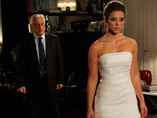 Raul tenta convencer Marina que Léo não é a pessoa que ela pensa