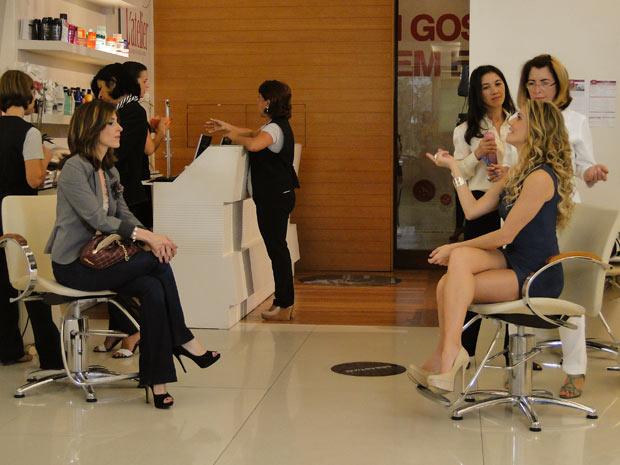 Enquanto conversam com suas cabeleireiras, as duas se alfinetam
