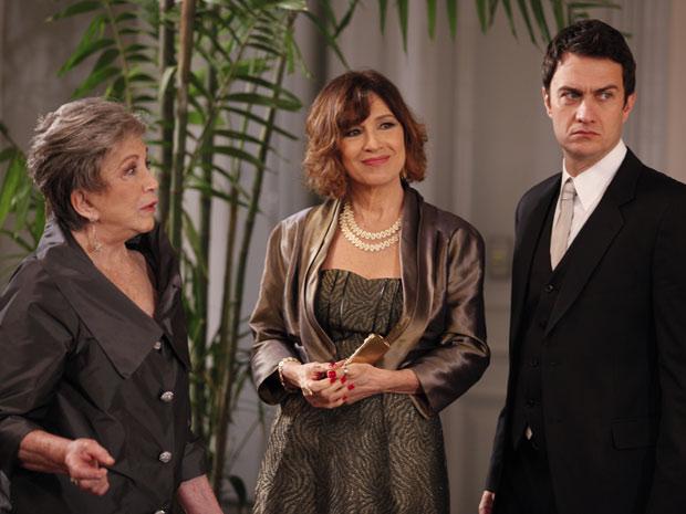 Léo e Wanda são recebidos por Vitória (Foto: Insensato Coração / TV Globo)