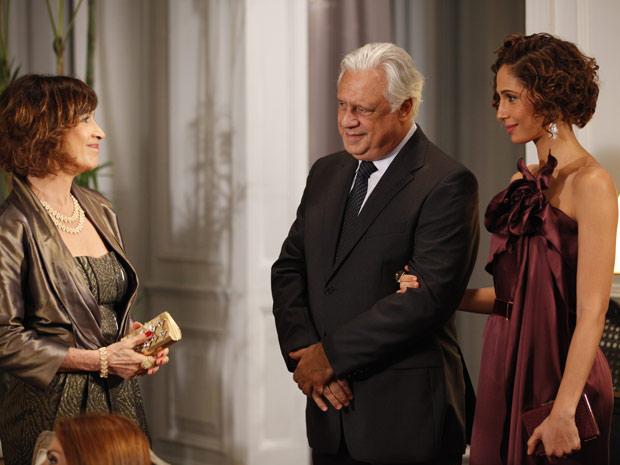 Raul apresenta Wanda a Carol (Foto: Insensato Coração / TV Globo)