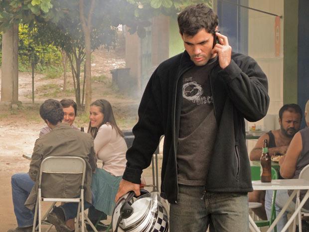 Ismael ouve a conversa de Pedro e, sem ser percebido, imediatamente telefona para Norma