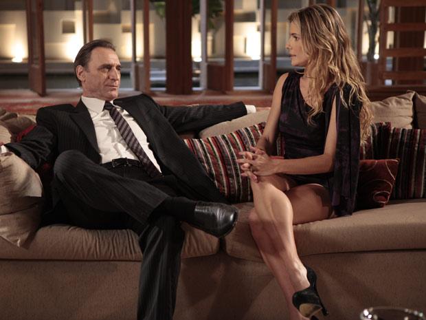 Natalie tenta agradar o marido, mas não consegue liberação de Cortez para sair em revista de celebridades