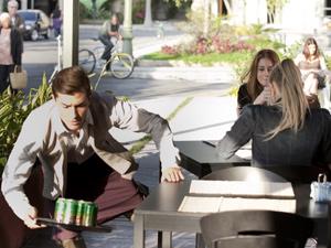 Guilherme cai com cadarço amarrado à mesa