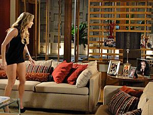 Natalie vê as fotos de Clarice