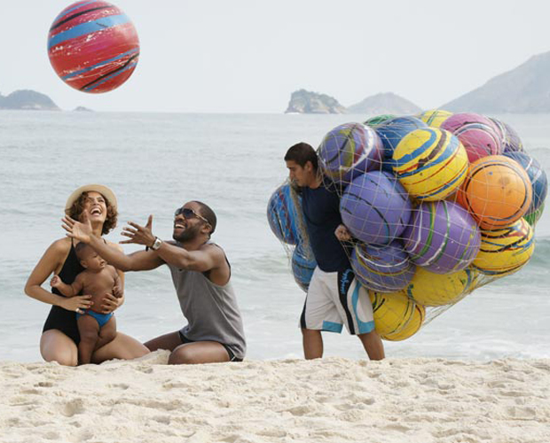 Carol e André levam Antônio à praia (Foto: Insensato Coração / TV Globo)